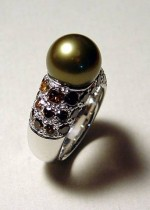 Ring made of 750 white gold, embellished with a grey pearl and a pavé set of cognac diamonds